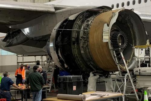 بررسی موتور آتش گرفته یک بوئینگ مسافربری در فرودگاه شهر