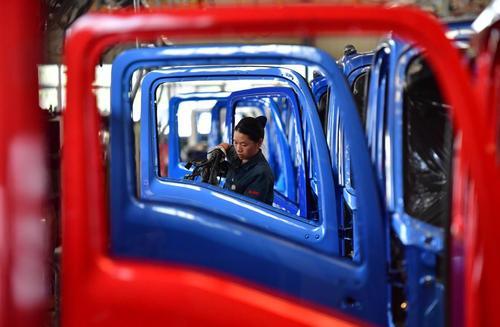 فعالیت کارگر زن در خط تولید سینوتراک- استان چجیانگ
