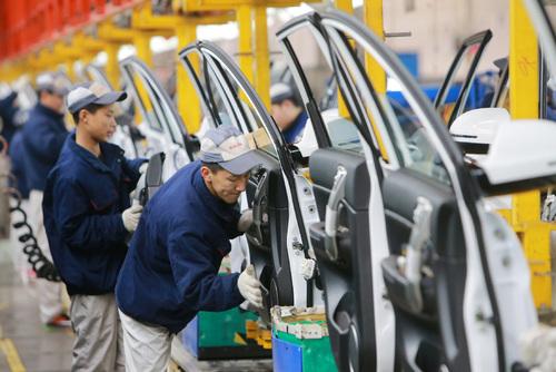 فعالیت کارگران در خط تولید گریت وال در تیانجین