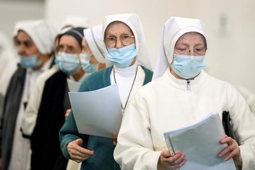 صف راهبه های مسیحی برای واکسیناسیون کرونا در شهر برگامو ایتالیا/ رویترز