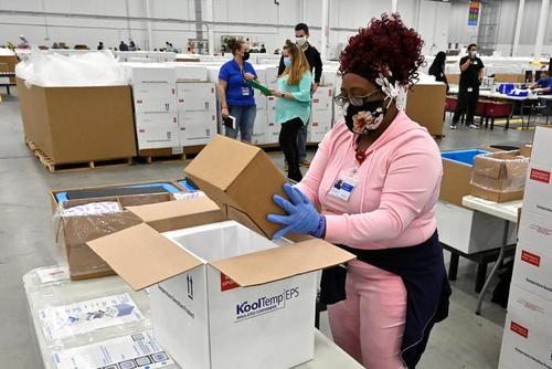 بسته بندی واکسن های ضد کرونا شرکت آمریکایی جانسون در کارخانه برای ارسال به مراکز تزریق/ رویترز