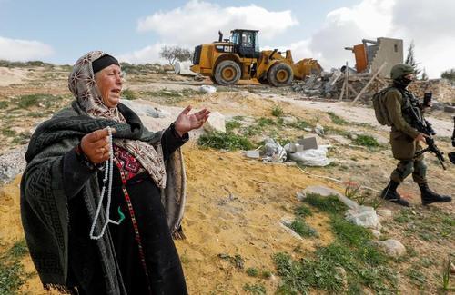 تخریب خانه یک زن فلسطینی به وسیله بولدوزر ارتش اسراییل در حومه شهر الخلیل در کرانه باختری/ رویترز و خبرگزاری فرانسه