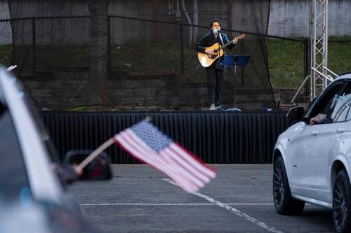 برگزاری کنسرت در فضای باز و مستمعان داخل خودرو در شهر تاکوما در ایالت وانشگتن آمریکا/ رویترز