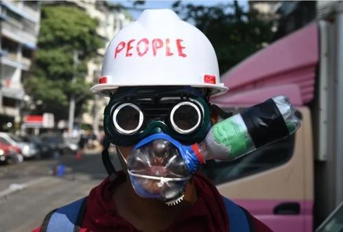 پوشیدن ماسک محافظ گاز اشک آور از سوی یک معترض در جریان تظاهرات بر ضدکودتای ارتش میانمار در شهر یانگون/ خبرگزاری فرانسه