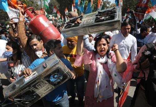 تظاهرات علیه افزایش قیمت گاز مایع در شهر دهلی نو/ EPA