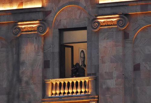 استقرار تک تیرانداز در بالکن ساختمان پارلمان ارمنستان در شهر ایروان همزمان با تظاهرات مخالفان
