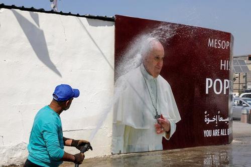 شهر بغداد خود را آماده استقبال از سفر پاپ فرانسیس رهبر کاتولیک های جهان به عراق می کند. این نخستین سفر یک پاپ به عراق محسوب می شود./ رویترز