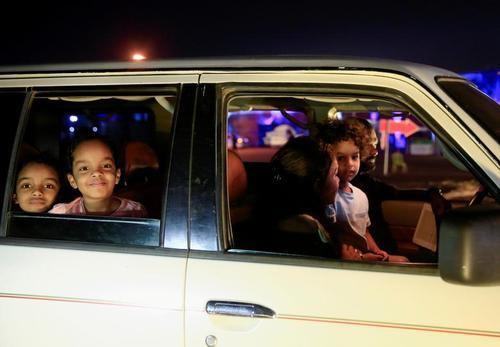 تماشای فیلم های جشنواره فیلم از درون خودرو در شهر خارطوم سودان/ رویترز