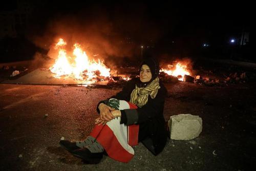 تظاهرات لبنانی های معترض به کاهش ارزش پول ملی (پوند لبنان) در شهر بیروت/ رویترز
