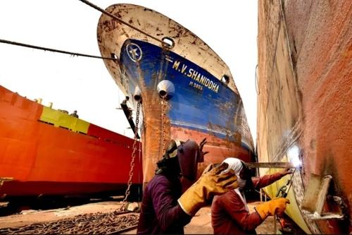 سوا کردن قطعات کشتی های قدیمی و فرسوده در بنگلادش/ شینهوا