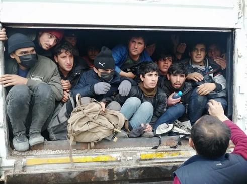 کشف دهها پناهجوی خارجی عازم اروپا در داخل یک تریلی در ترکیه/ خبرگزاری آناتولی