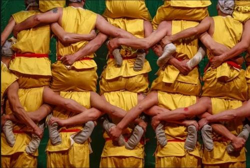 تشکیل هرم انسانی در جریان رقص چینی/ گاردین