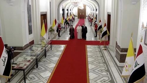 ورود پاپ به قصرالسلام (کاخ ریاست جمهوری عراق) و استقبال برهم صالح رئیس جمهوری عراق از وی