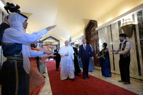ورود پاپ به فرودگاه بغداد و استقبال نخست وزیر عراق از وی