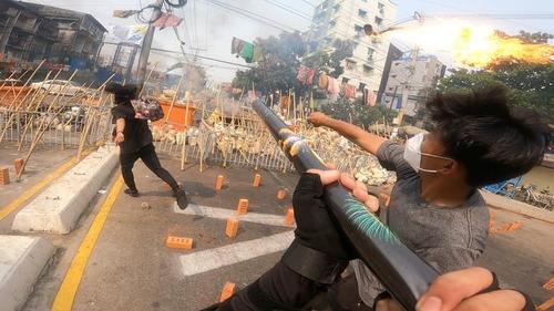 تظاهرات روز جمعه معترضان به کودتای ارتش میانمار در شهر یانگون (پایتخت). معترضان با استفاده از