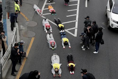 راهبان بودایی در کره جنوبی در اعتراض به کودتای ارتش میانمار و سرکوب معترضان دموکراسی خواه در مقابل سفارت میانمار در شهر سئول روی زمین خوابیده اند./ آسوشیتدپرس