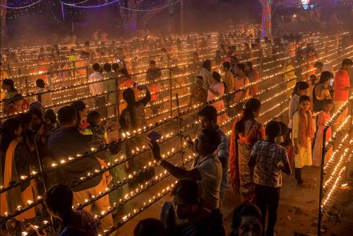 روشن کردن شمع در جریان جشنواره آیینی