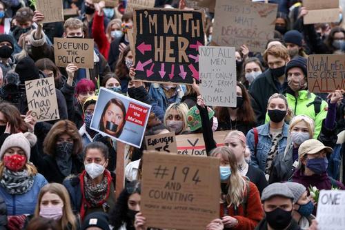 تظاهرات زنان در میدان پارلمان شهر لندن علیه اقدام یک پلیس در ربودن و قتل یک زن 33 ساله/ رویترز