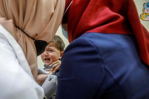 واکسیناسیون یک کودک انگلیسی در کرانه باختری فلسطین/ رویترز