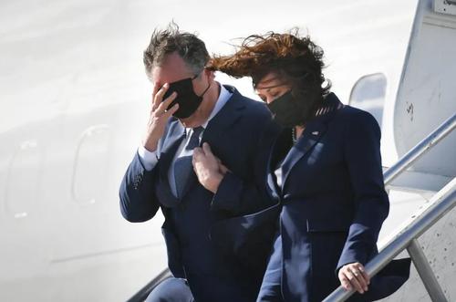 ورود معاون رییس جمهوری آمریکا و همسرش به فرودگاه شهر لس آنجلس در ایالت کالیفرنیا آمریکا/ خبرگزاری فرانسه