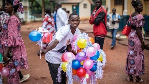 هدیه بادکنک به مهمانان یک جشن عروسی در شهر