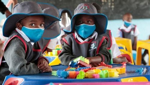 بازگشایی مدارس در زیمباوه پس از تعطیلات سراسری ناشی از شیوع ویروس کرونا/ عکس: EPA