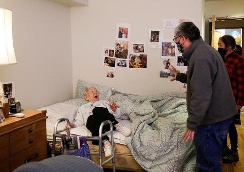 مادر ژاپنی 98 ساله پس از یک سال قرنطینه با انجام واکسیناسیون سراسری در خانه سالمندانی در شهر سیاتل آمریکا با فرزند و عروسش ملاقات می کند./ رویترز