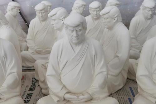 طراح چینی در استان فوجیان چین مجسمه های ترامپ در حال مراقبه بودایی را ساخته است./ رویترز