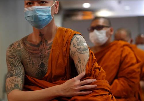 واکسیناسیون راهبان بودایی در معبدی در شهر بانکوک تایلند/ EPA