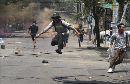 فرار معترضان میانماری از تعقیب نیروهای امنیتی در جریان تظاهرات ضدکودتا در شهر یانگون/ آسوشیتدپرس