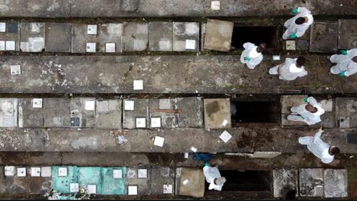 دفن فوتی های کرونا در گورستان شهر سائوپائولو برزیل/ زوما