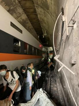 سانحه خروج قطار مسافربری از ریل در تایوان با دستکم 36 کشته و دهها زخمی/ رویترز