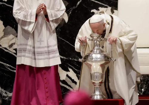 اجرای یک مراسم آیینی از سوی پاپ فرانسیس در کلیسای واتیکان/ EPA