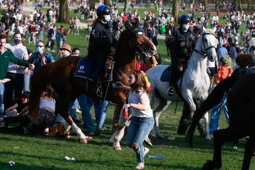 متفرق کردن صدها شهروند از سوی پلیس اسب سوار بلژیک از پارکی در شهر بروکسل بلژیک. افراد تجمع کننده برای شرکت در یک فستیوال دروغین که فراخوان آن در فیسبوک داده شده بود به پارک آمده بودند اما معلوم شد این فراخوان دروغ روز اول آوریل بوده است./ EPA