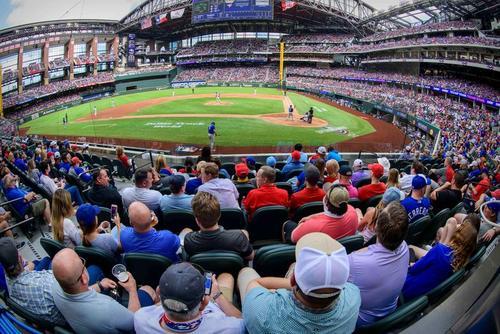 برگزاری مسابقه فوتبال آمریکایی با حضور هزاران تماشاگر در استادیومی در شهر آرلینگتون ایالت تگزاس آمریکا/ یو اس ای تودی