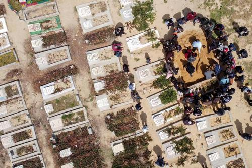 دفن یک فوتی مبتلا به کرونا در گورستان نوار غزه/ رویترز