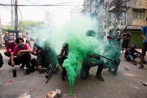 استفاده معترضان میانماری از تفنگ های بادی دست ساز علیه نیروهای امنیتی میانمار در جریان تظاهرات بر ضد کودتای نظامی در شهر یانگون/ رویترز