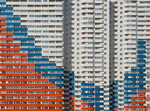 یک مجمتع مسکونی با رنگ نمای پرچم روسیه در شهر سنت پترز بورگ روسیه/ رویترز