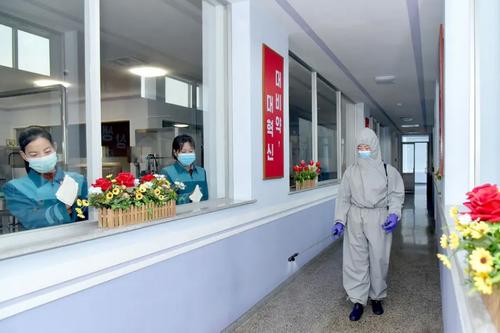 کارمندان یک کارخانه تولید آب معدنی در شهر پیونگ یانگ کره شمالی برای جلوگیری از شیوع ویروس کرونا سطوح را ضد عفونی می کنند./ خبرگزاری رسمی کره شمالی