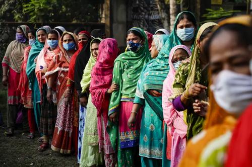 صف یک حوزه رای گیری در مرحله سوم انتخابات محلی در ایالت بنگال غربی هندوستان/ آسوشیتدپرس