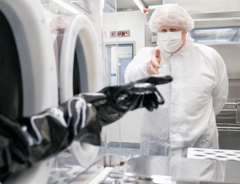 بازدید نخست وزیر بریتانیا از کارخانه تولید واکسن آسترازنکا/ خبرگزاری فرانسه