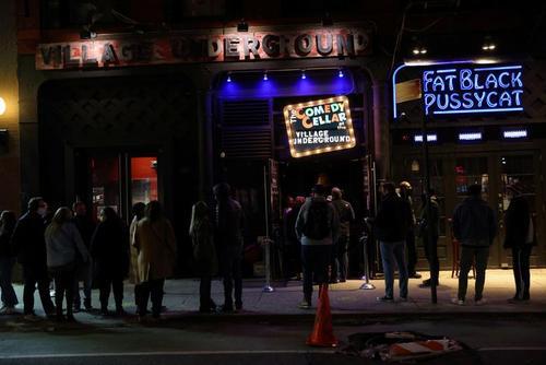 بازگشت زندگی شبانه به شهر نیویورک آمریکا. صف تماشای یک تئاتر کمدی در محله منهتن/ رویترز