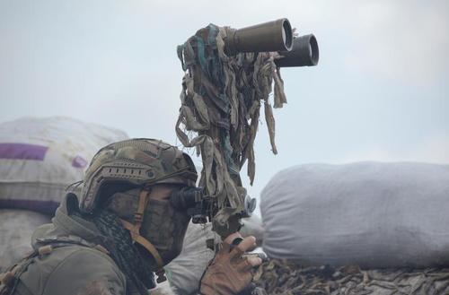 نیروی ارتش اوکراین در حال دیدبانی نیروهای شورشی جدایی طلب در استان دونتسک در شرق این کشور/ رویترز