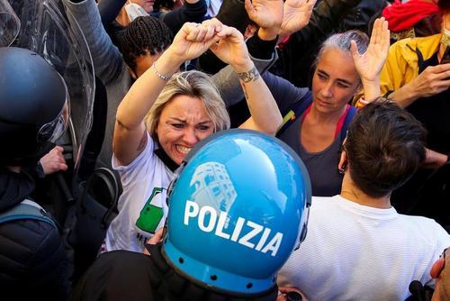 تظاهرات صاحبان رستوران ها در شهر رم ایتالیا در اعتراض به اعمال محدودیت های کرونایی و تعطیلی کسب و کارشان/ رویترز