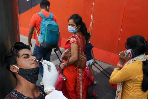 انجام تست کرونا در ایستگاه راه آهن شهر دهلی هند/ رویترز