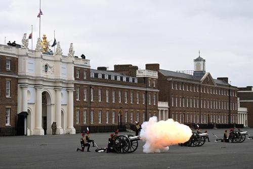 شلیک توپ در لندن و ولز و اسکاتلند برای ادای احترام به همسر فوت شده ملکه بریتانیا/ رویترز و خبرگزاری فرانسه