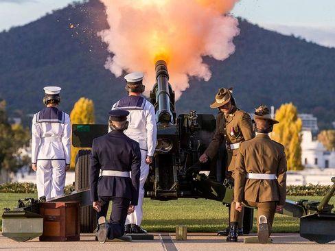 شلیک 41 گلوله در شهر کانبرا استرالیا برای ادای احترام به همسر فقید ملکه بریتانیا. ملکه بریتانیا به طور سنتی و تشریفاتی رییس کشور استرالیا محسوب می شود./ خبرگزاری فرانسه