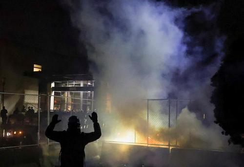ادامه اعتراضات علیه خشونت نژادپرستانه پلیس علیه رنگین پوستان در شهر بروکلین در ایالت مینه سوتا آمریکا/ رویترز و خبرگزاری فرانسه