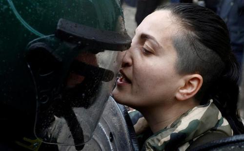 دستگیری معترضان در جریان تظاهرات اعتراضی رستواران داران و صاحبان صنوف کوچک شهر رم ایتالیا علیه اعمال محدودیت های کرونایی و تعطیلی کسب و کارهایشان/ رویترز