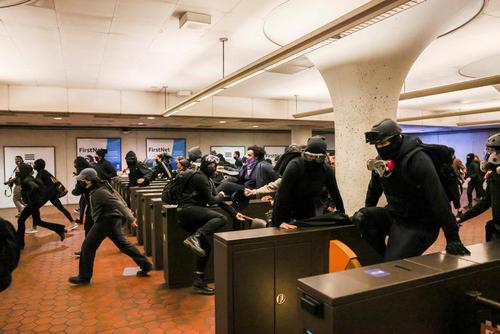 معترضان علیه خشونت نژادپرستانه پلیس علیه رنگین پوستان در داخل ایستگاه مترو شهر واشنگتن آمریکا/ رویترز